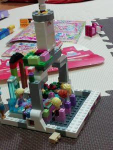 4歳の娘が作ったブロック遊び。多分嫁もかなり手伝っていると思います。